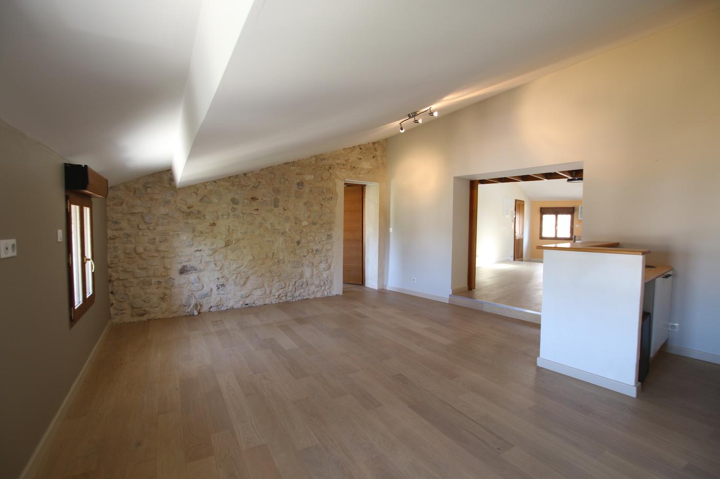 Pernes-les-Fontaines : spacieux appartement style loft avec garage