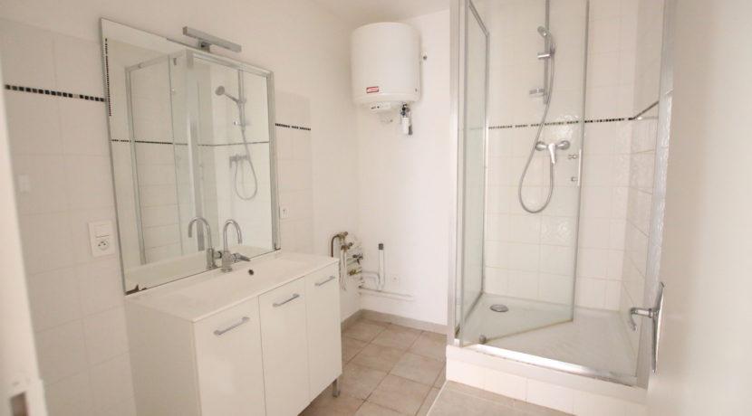 Malemort du Comtat T2 meublé salle d'eau