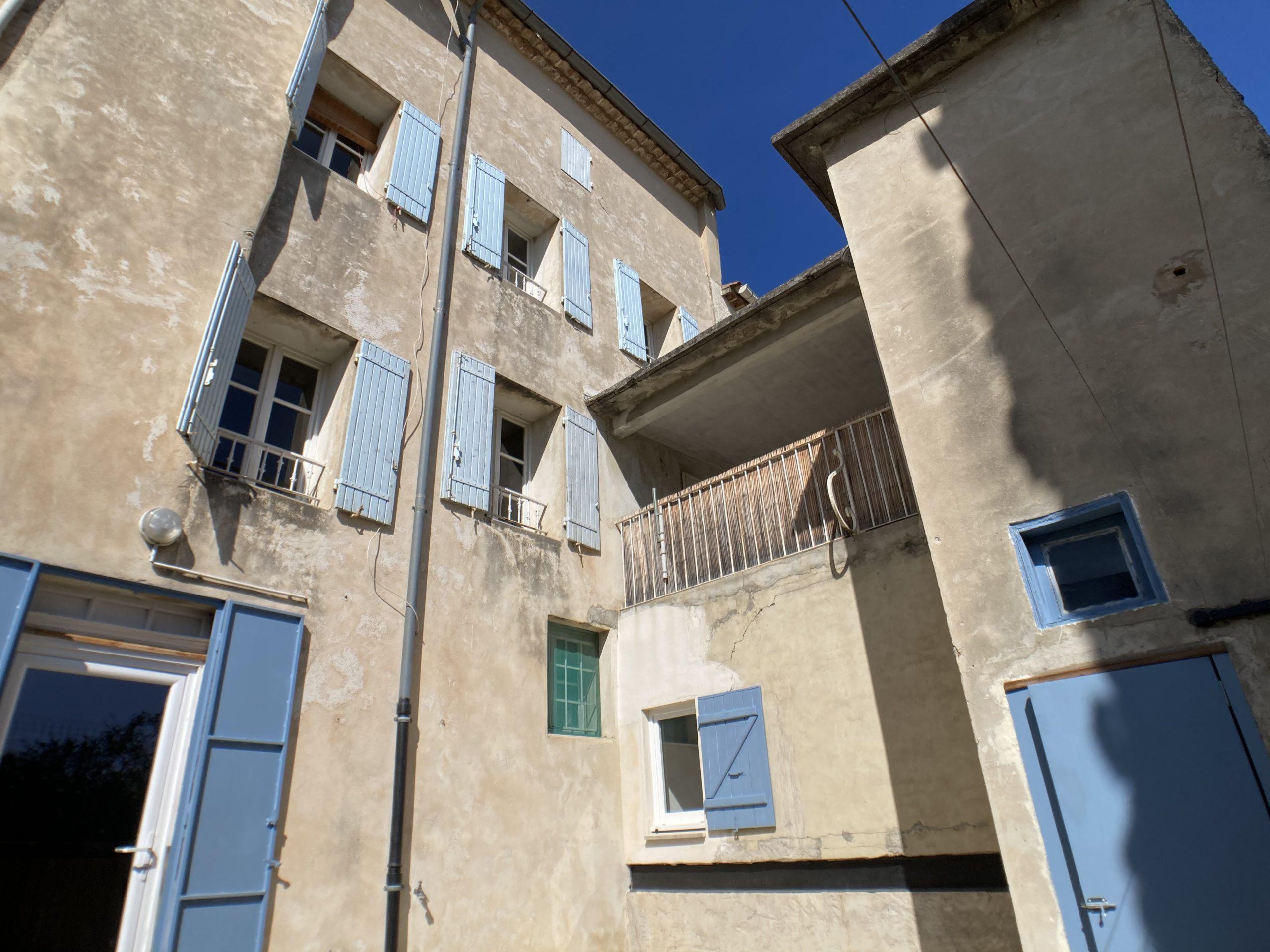 Malemort-du-Comtat : maison de village avec extérieur