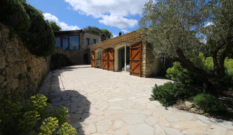 La Roque sur Pernes propriété avec vue jardin