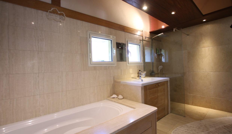 La Roque sur Pernes propriéte avec vue salle de bain baignoire douche